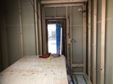 第1遮音壁完成後に浮き床に下地を組んでいます。防音室の特性である2重構造をつくっていきます。
