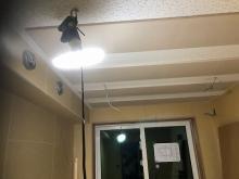 天井に梁型で給排気ダクトボックスを設置しています。 天井は吸音天井に仕上げています。