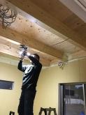 天井を解体し、躯体の遮音補強をしています。