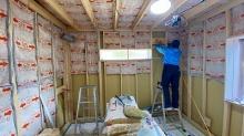 浮き床を施工し、柱を立てて浮き構造のお部屋を中につくっていきます。