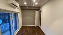 掃出し窓の内側に樹脂サッシの掃き出し窓を2重で設置しています。 出入口には木製防音ドアを2重で設置しています。