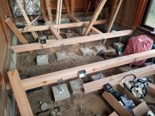 構造床をつくっています。 床下には束補強を行います。