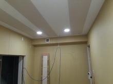 天井を吸音天井に仕上げました。 天井に梁型で給排気ダクトボックスをつくりました。