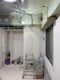 解体作業です。 天井高をできる限り確保するため、壊せる天井や床を解体します。
