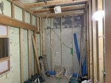 浮き床に下地を組んでいます。 内側に浮き構造のお部屋をつくっていきます。