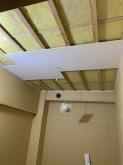 防音工事完了後に天井を吸音天井に仕上げていきます。