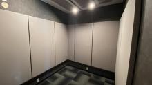 壁にも吸音パネルを設置してデットな音響空間に仕上げています。