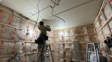 天井と壁の隙間を石膏ボードを張り重ねて埋めていきます。