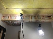 遮音工事完了後は、音響工事です。 天井を吸音天井に仕上げていきます。 天井に梁型で給排気ダクトボックスをつくっています。