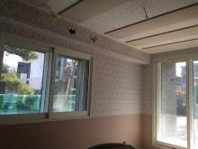 天井には弊社オリジナルの吸音パネルを設置しています。 ピアノやクラッシック系の響きが大切な楽器のお部屋では天井のみ吸音で仕上げることによって、上から音が落ちてこないホールのような音響空間に仕上げています。