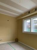 木工事が完了しました。腰窓や掃き出し窓には内側に2重の樹脂サッシを設置しています。