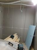 壁と天井の補強をしています。