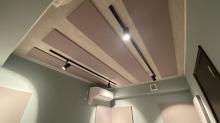 天井と壁には弊社オリジナルの吸音パネルを設置しています。