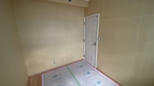 入口には木製の防音ドアを2重で設置しています。 弊社の木工事が完了しました。