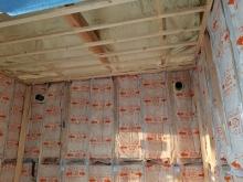 浮き床の上に下地を組んでいます。 防音室の特徴である浮き構造のお部屋をつくっていきます。