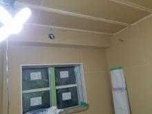 石膏ボードを張り重ねて隙間を埋めていきます。 天井には梁型で給排気ダクトボックスを設けました。