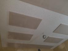 天井は吸音天井に仕上げています。