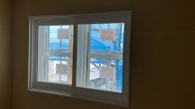 腰窓の内側に樹脂サッシの窓を2重で設置しています