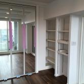 可動式の楽譜棚と収納を設けています。 収納の建具には鏡が設置されました。