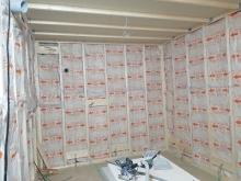 内側に浮き構造のお部屋をつくっていきます。 空気層には断熱材をぎっしり詰めています。
