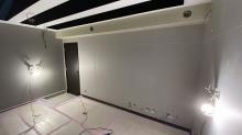 天井に梁型で給排気ダクトボックスを設けています。出入口には木製の防音ドアを2重で設置しています。