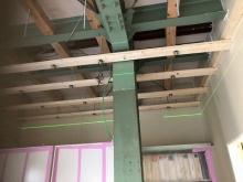 天井の遮音補強をしています。 壁と同様に下地を組み、断熱材をつめます。