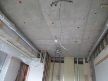 解体作業を行いました。 天井高を確保する為、壊すことができる天井や床は解体を行います。