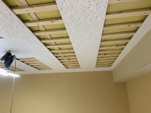 天井と壁の遮音補強完了後に天井を吸音天井に仕上げていきます。