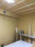 防音室の壁と天井ができあがりました。 防音処理後に音響工事に入ります。