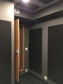 天井と壁に弊社オリジナルの吸音パネルを設置し、音の響きの調整をしています。