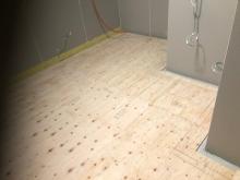 浮き床ができあがりました。浮き床の上に下地を組んで中に浮き構造のお部屋をつくっていきます。