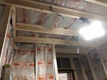 防音室の下地組みが終わりました。 空気層には断熱材を詰めています。