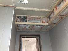 防音壁と天井ができあがりました。 天井に梁型で給排気ダクトボックスをつくっています。