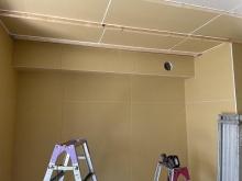 天井に梁型で給排気ボックスを設けています。