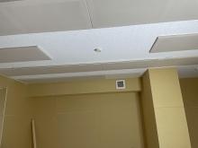 天井には弊社オリジナルの吸音パネルを設置しています。 ご自宅でもホールと同じような音響空間に仕上げています。