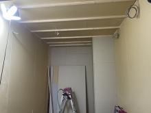 浮き床に下地を組み、お部屋の中に浮き構造のお部屋をつくっていきます。