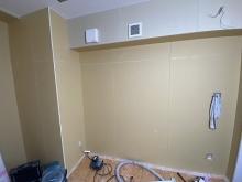 天井に梁型で給排気ダクトボックスを設けています。 防音室は気密性の高いお部屋になりますので給排気は必須です。