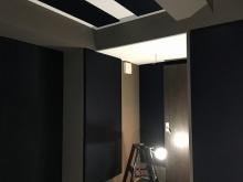 クロス施工後に壁にも吸音パネルを設置しました。 よりデットな音響空間に仕上げています。