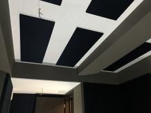吸音天井に仕上げています。