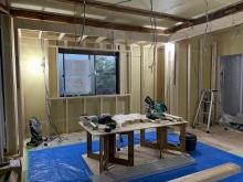浮き床を施工し、上に柱を立てていきます。