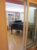 隣室とは機密樹脂サッシで間仕切ってあります。解放感がでていますが遮音性能もDr40dbが確保されています。