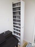 かなりのDVD/CDがあり この家具は特注でつくりました。