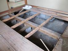 天井高を上げる工夫の一つに床を下げる方法があります。当社の遮音床は115mmあるのでその分なんとか。。。と思い床をめくってみたところです。