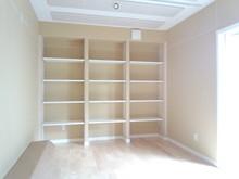 壁に楽譜棚を作りました。家具で作ると30万円位かかると思います。この棚で10万円もかかっていないのでは?