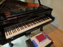 床材は無垢のフローリングになっています。ピアノの素材と同じメイプル材をあえて使用しています。