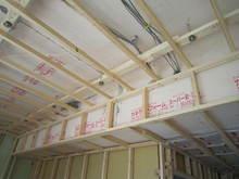 天井の下地組みです。緩衝ゴムパッキンで対応してあります。