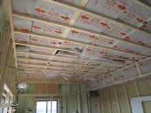 天井・壁の中には40Kのロックウールが入ります。