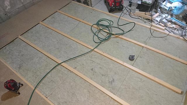浮き床の下地を組んでいます。 弊社の防音室はゴムで床を浮かせています。