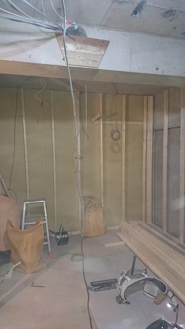 浮き床の上に下地を組み、宙に浮いたお部屋を造っていきます。 防音室の特徴である二重構造です。