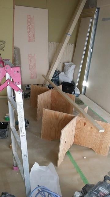 躯体の遮音補強をしています。 浮き床も完成し、浮き床の上に下地を組んで防音室の壁と天井を作っていきます。